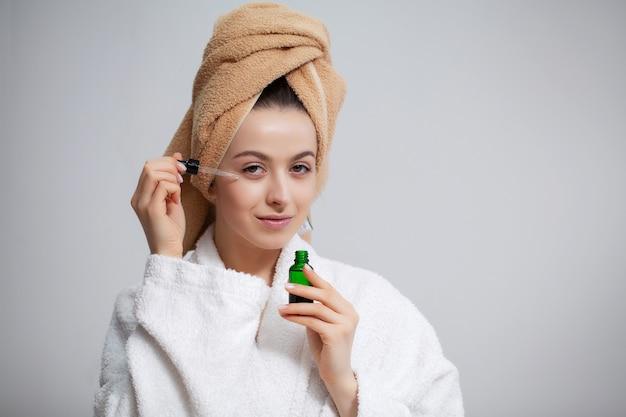 샤워 후 그의 머리에 수건으로 예쁜 여자