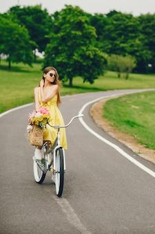 Bella ragazza con la bicicletta