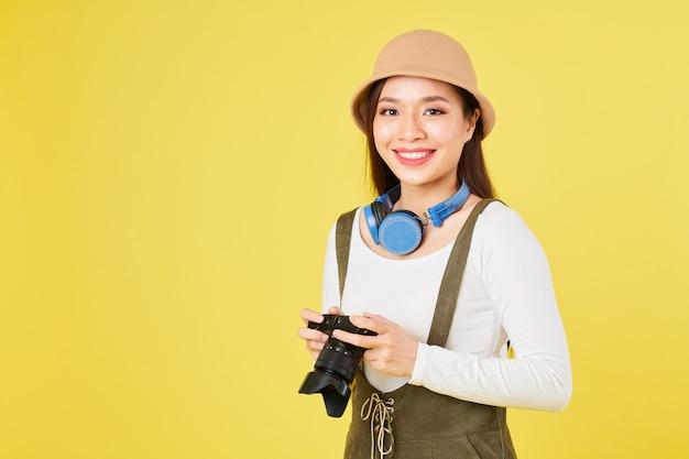 Красивая девушка с камерой