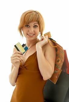 クレジットカードと買い物袋を持つかわいい女の子