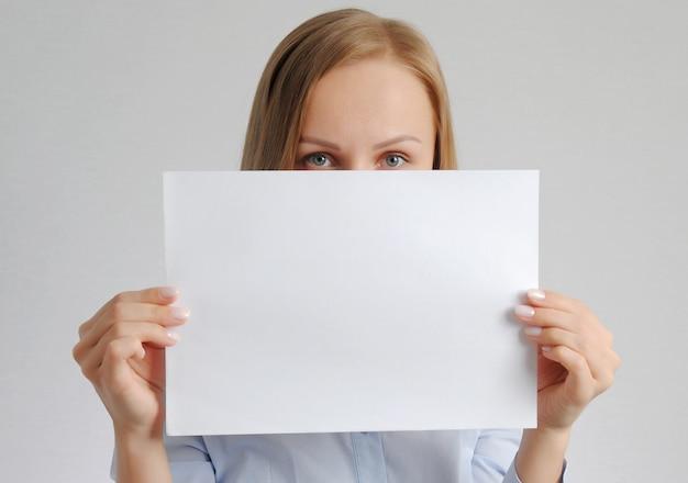 Красивая девушка с пустой бумажный лист