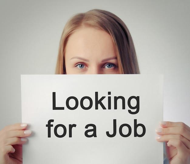 Красивая девушка с надписью ищет работу
