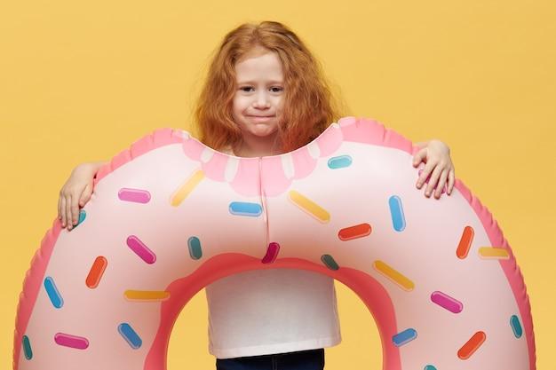 インフレータブルスイミングサークルと長い髪のかわいい女の子