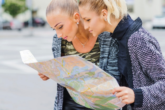 Красивые девушки на улице с картой Бесплатные Фотографии