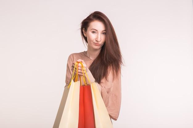 흰색 배경에 종이 가방에 구입 꽤 행복 젊은 아시아 여자