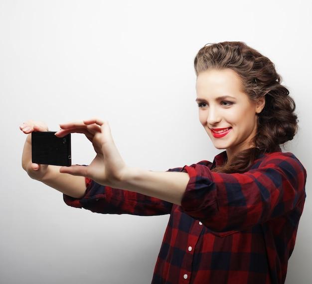 自撮りをしているかなり流行に敏感な女の子。若くて幸せ。