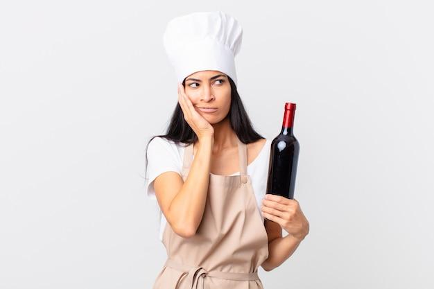 Довольно латиноамериканская женщина-шеф-повар чувствует скуку, разочарование и сонливость после утомительного и держащего бутылку вина
