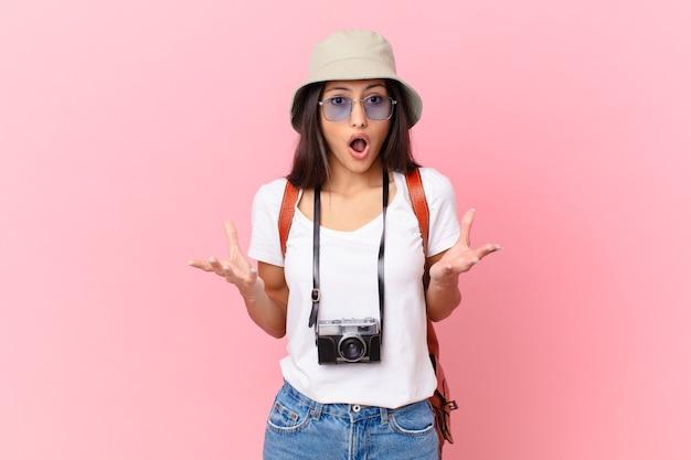 かなりヒスパニック系の観光客は、写真カメラと帽子で信じられないほどの驚きに驚いて、ショックを受けて、驚いた