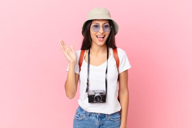 かなりヒスパニック系の観光客が幸せを感じ、写真カメラと帽子で解決策やアイデアを実現して驚いた