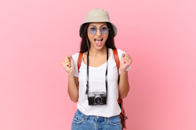 かなりヒスパニック系の観光客がショックを受け、笑い、写真カメラと帽子で成功を祝っています