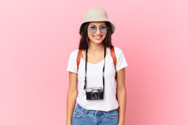 写真カメラと帽子で幸せで嬉しそうに驚いているように見えるかなりヒスパニック系の観光客