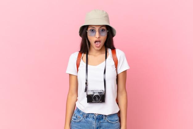 写真のカメラと帽子で非常にショックを受けたり驚いたりしているかなりヒスパニック系の観光客