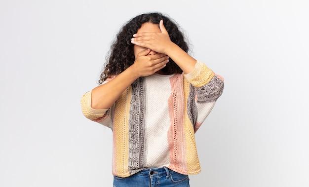 두 손으로 얼굴을 가리고 카메라를 거부하는 예쁜 히스패닉 여성! 사진을 거부하거나 사진을 금지