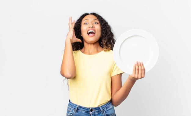 빈 깨끗한 접시를 들고 꽤 히스패닉계 여자