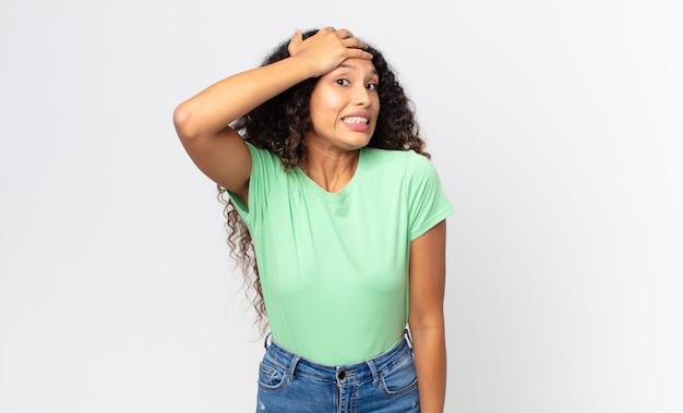 忘れられた締め切りをパニックに陥れ、ストレスを感じ、混乱や間違いを隠さなければならないかなりヒスパニック系の女性