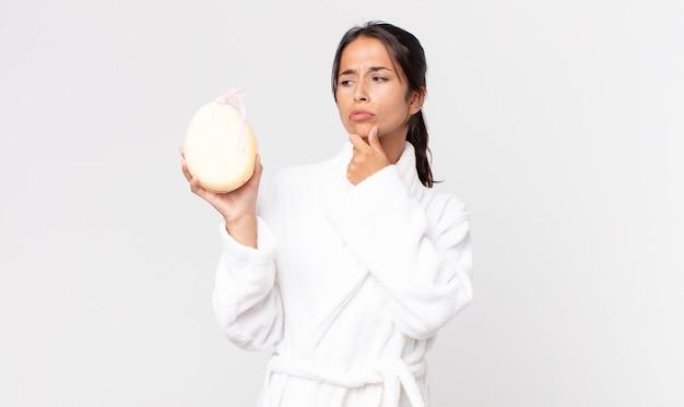 Довольно латиноамериканская женщина в халате после душа