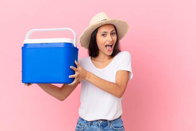 ポータブル冷凍庫を持つかなりヒスパニック系の女性