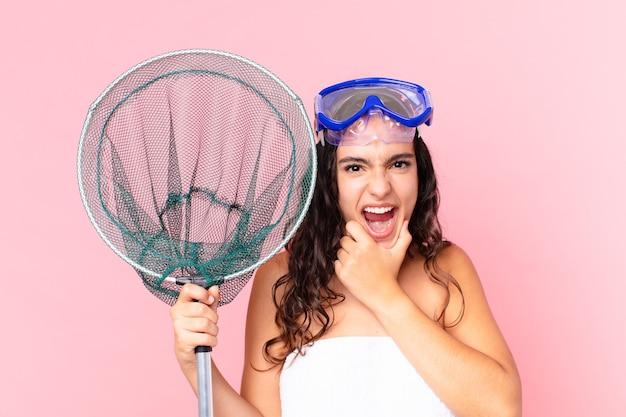 Довольно латиноамериканская женщина с широко открытыми глазами и ртом на подбородке в очках и рыболовной сети