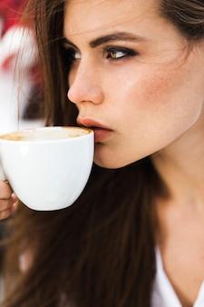 Довольно леди пьет кофе