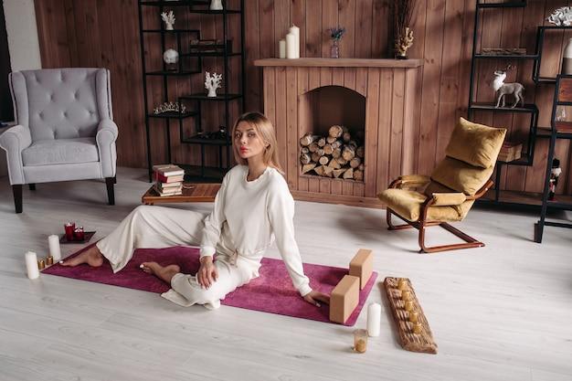 Bella signora che fa stretching a casa durante la quarantena. concetto sano e stile di vita
