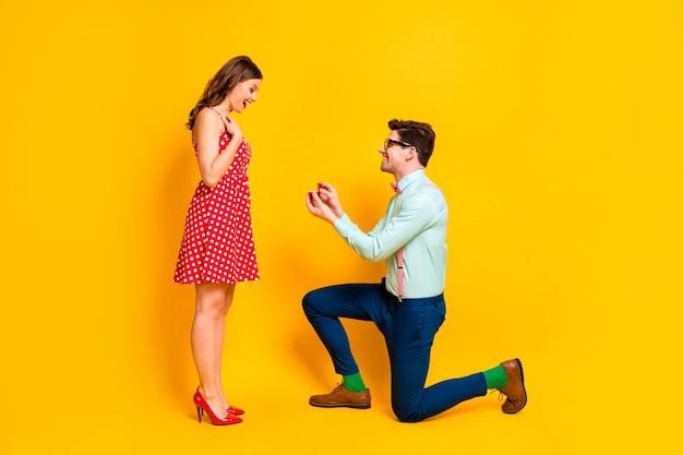Красивая леди красивый парень пара делает предложение девушке