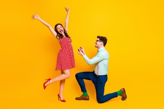 Красивая дама красивый парень делает предложение девушке