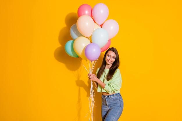 Красавица держит много воздушных шаров гость вечеринки