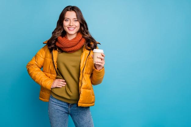 ホットテイクアウトコーヒーウェアスタイリッシュな秋のウインドブレーカーを保持しているきれいな女性