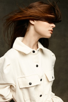 乱れた髪のクローズアップの肖像画と白いシャツのきれいな女性