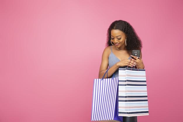 Bella signora con alcune borse della spesa