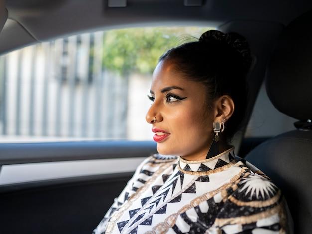 자동차 좌석에 예쁜 라틴 여자
