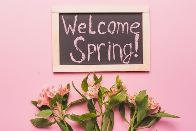 Welcome spring writing 근처의 예쁜 백합