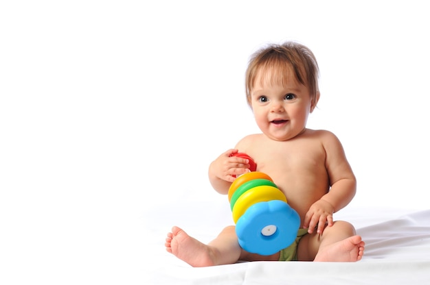 おもちゃで遊ぶかわいい赤ちゃん