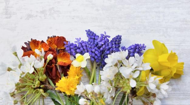 Довольно маленький букет из свежих цветов, собранных в саду на белом столе
