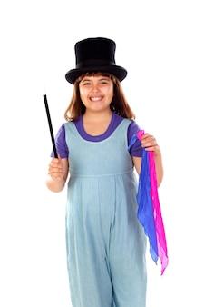 Довольно маленькая девочка делает магию с верхней шляпой и волшебной палочкой