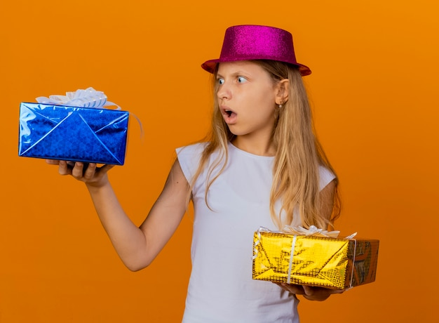 휴일 모자 선물 상자를 들고있는 예쁜 소녀