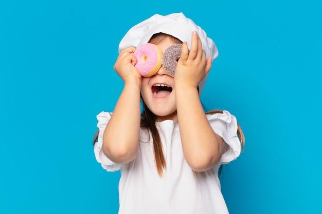Симпатичная маленькая девочка удивлено выражение. концепция приготовления сладостей