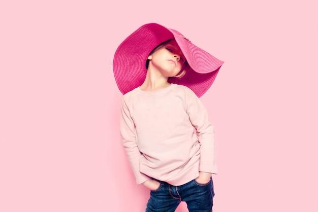 ピンクの夏の帽子をかぶっているかわいい女の子