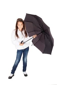 Милая маленькая девочка с большим зонтиком