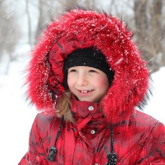 屋外のかわいい冬の女の子