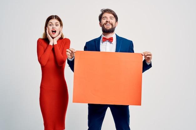 Красивый мужчина и женщина рекламное предложение продажи презентации. фото высокого качества