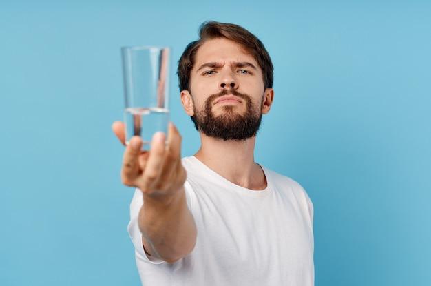 Красивый мужчина стакан воды синий фон