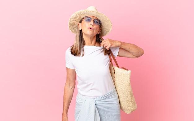 스트레스, 불안, 피곤 및 좌절을 느끼는 예쁜 중년 여성. 여름 개념