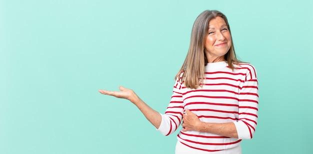 かなり中年の女性が肩をすくめ、混乱し、不確かに感じます