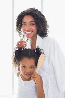 그녀의 딸과 함께 준비하고 예쁜 어머니