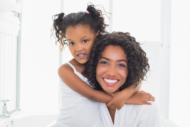 그녀의 딸과 함께 예쁜 어머니