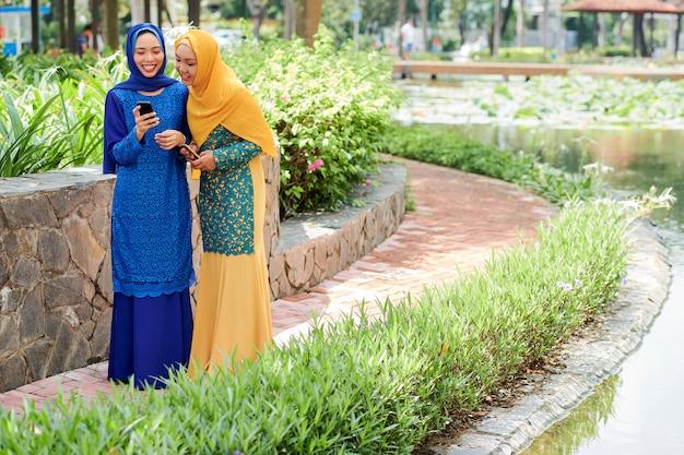 公園を歩いてかなりイスラム教徒の女性