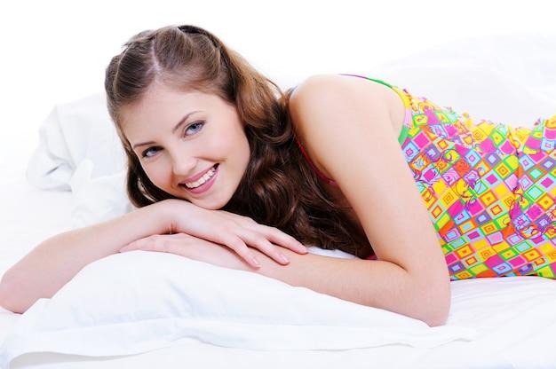 幸せな若い大人の女の子のかなりいい顔