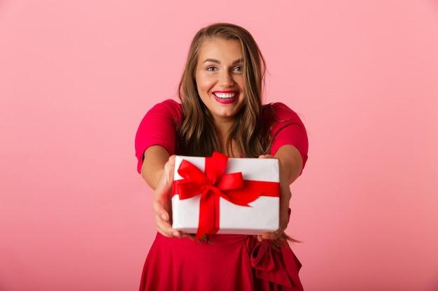 웃고 선물 상자를 들고 빨간 드레스를 입고 꽤 과체중 여성 20 대