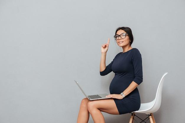 Pretty pregnant businesswoman have an idea